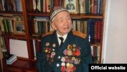 Кыргыз эл акыны Сүйүнбай Эралиев.