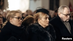 Magdalena Adamowicz (center) attends her husband's funeral service in Gdansk on January 19.