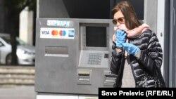 Podgoričanka prolazi pored bankomata, 20. mart