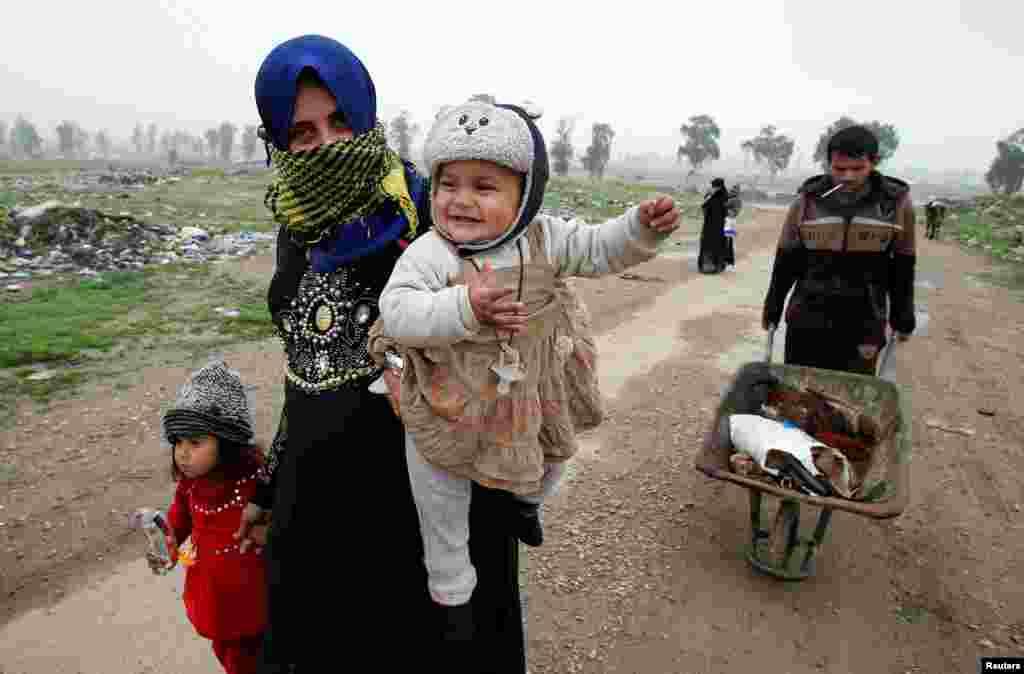زن و کودکانش در اطراف موصل