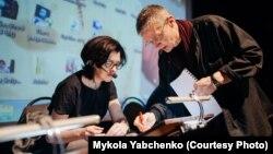 Олександр Крижанівський та Оксана Сироїд. Репетиція документальної п'єси «Сім», Київ, 25 березня 2015 року