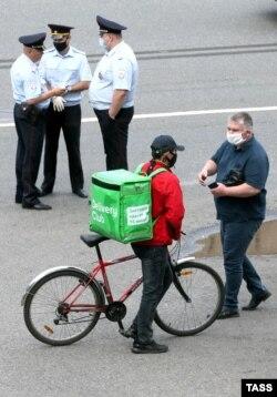 Участник забастовки курьеров Delivery Club в Москве, 9 июля 2020 года. Фото: ТАСС