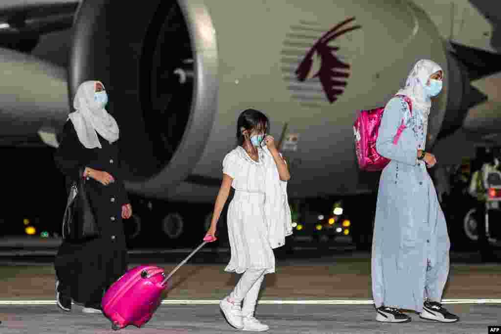 """Egy névtelenséget kérő amerikai tisztségviselő arról számolt be az AP hírügynökségnek, hogy két""""nagyon magas rangú""""tálib vezető segítette a katari repülőgép felszállásának engedélyezését. Mint közölte, amerikaiak, németek, kanadaiak és magyarok is vannak a fedélzeten"""