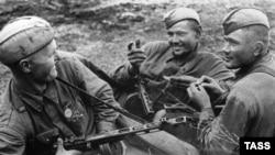 Солдаты Народного комиссариата внутренних дел СССР (НКВД) в перерыве между боями