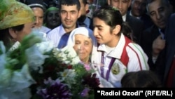 Tajikistan -- Tajik athlete Mavzuna Chorieva welcomed at the airport of Dushanbe city, 16Aug2012