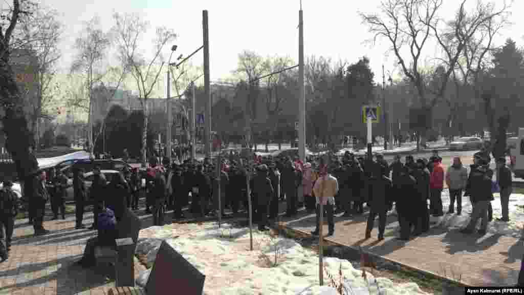 По сообщению корреспондентов Азаттыка с места события, граждане требовали смены власти. Некоторые говорили о тяжелом социальном положении и просили о помощи. Алматы, 27 февраля 2019 года.