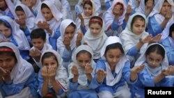 Молитва за Малалу Юсафзай в школе для девочек в Пешаваре