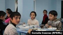 Mali Romi i Romkinje sede najčešće u poslednjoj klupi i u maloj meri su uključeni u vannastavne aktivnosti, kažu civilni aktivisti