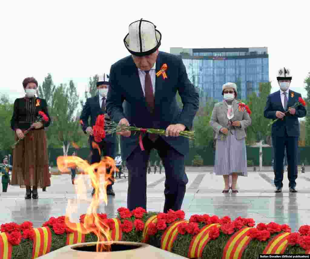 Президент Сооронбай Жээнбеков Өчпөс отко гүл коюп жатат.