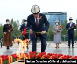 Президент Кыргызстана Сооронбай Жээнбеков возлагает цветы к Вечному огню. Бишкек, 9 мая 2020 года.