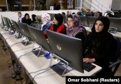 В Центре базы данных Независимой избирательной комиссии Афганистана в Кабуле проходит подсчет голосов, 24 октября 2018 года.