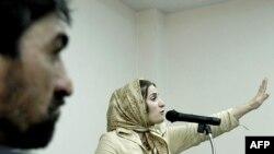 شهلا جاهد (راست) و ناصر محمدخانی در دادگاه شهلا در خرداد ۸۳
