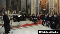 Президент Армении посещает армянскую католическую церковь Сурб Никогос (Святого Николая) в Риме.