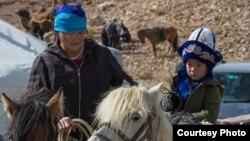 Моңғолияның Баян-Өлгий аймағындағы қазақтар. Суреттің авторы - Баяр Балганцэрэн. 2014 жыл.