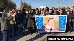 Амангелді Батырбековтің жақтастары сот алдында тұр. Түркістан қаласы, 12 қараша 2019 жыл.