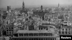 Снимката е правена след бомбардировките от кулата на църквата на Свещения кръст. Виждат се разрушенията на Йоханеума - конюшните, създадени през 1680 г. и рисувани от Каналето. Днес сградата е възстановена и е музей на транспорта.