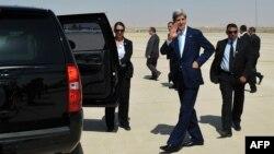 Jordan -- Sekretari amerikan i shtetit John Kerry pas arritjes në aeroportin ndërkombëtar të Amanit, 16Korrik2013