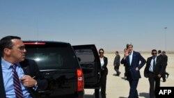 Sekretari amerikan i shtetit, Kerry pas aterrimit në aeroportin e Ammanit, 16 korrik 2013