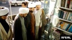 طلبه های روحانی در یک کتابفروشی در قم