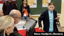 На избирательном участке в день парламентских выборов в Черногории. Подгорица, 16 октября 2016 года.