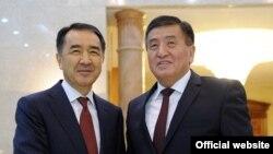 Премьер-министр Казахстана Бакытжан Сагинтаев (слева) и исполняющий обязанности премьер-министра Кыргызстана Сооронбай Жээнбеков. Бишкек, 2 ноября 2016 года.
