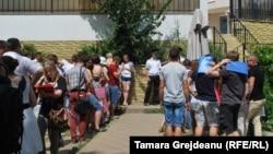 Rânduri la aplicarea pentru studii în România, în fața Consulatului român de la Chișinău, 30 iulie 2014