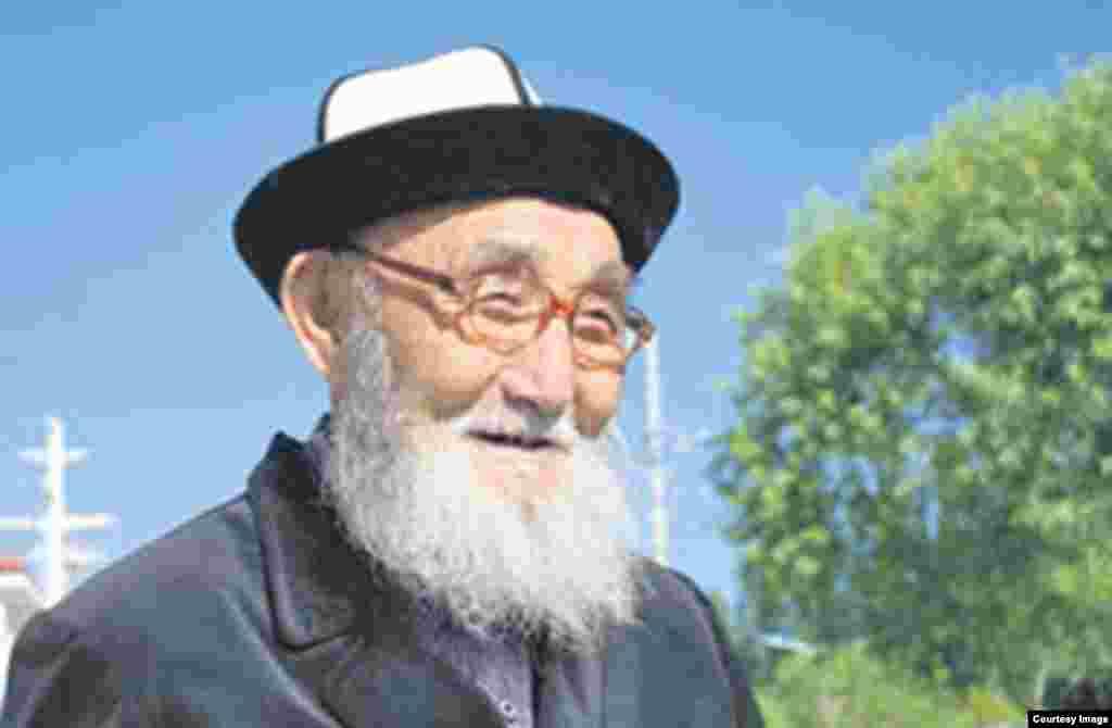 В Кыргызстане умер сказитель эпоса «Манаса» Жусуп Мамай в возрасте 96 лет. 2 июня состоялись его похороны.
