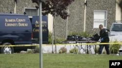 Полицейские несут тела жертв нападения в Окленде
