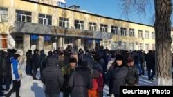 Участники акции протеста в Караганде требуют объяснений у казахстанских властей в связи с массовой дракой в новогоднюю ночь, 6 января 2019 г.