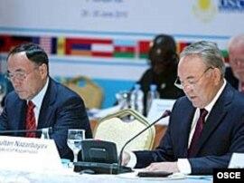 Қазақстан президенті Нұрсұлтан Назарбаев (оң жақта) ЕҚЫҰ жиынында. Астана. 29 маусым 2010 жыл.