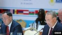 Председатель ОБСЕ Канат Саудабаев и президент Казахстана Нурсултан Назарбаев на конференции ОБСЕ. Астана, 29 июня 2010 года. Фото ОБСЕ.