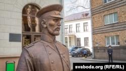 Скульптура царскага паліцыянта ў Менску, ля якога фатаграфавалі затрыманыя актывісты Моладзі БНФ