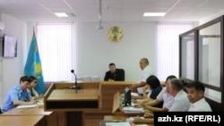 Участники судебного процесса по делу о массовой гибели рыбы в реке Урал на фото из публикации газеты «Ақ Жайық».