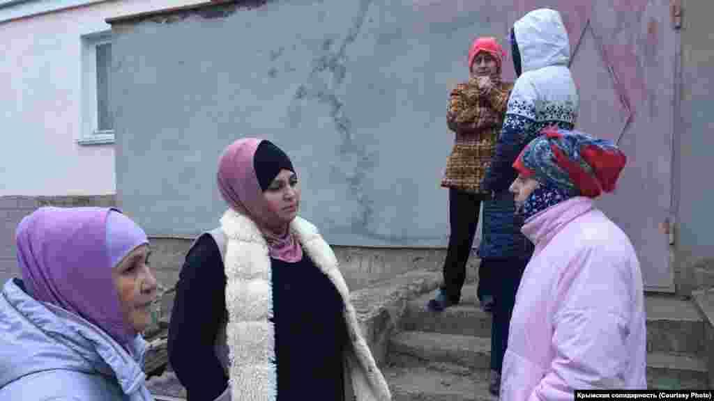 Во время обыска возле дома Амета Сулеймановасобрались местные женщины