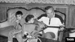 Қазақстан президенті Нұрсұлтан Назарбаев жиендерімен отыр. 1992 жыл.