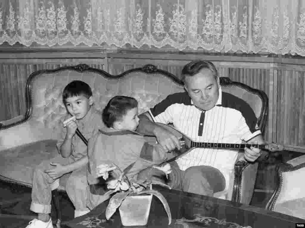 Президент Казахстана Нурсултан Назарбаев с внуками. Алматы, 1992 год.