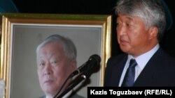 Президент корпорации «Казахмыс» Владимир Ким выступает на панихиде Владимира Ни. Алматы, 12 сентября 2010 года.