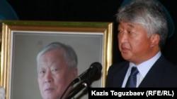 Владимир Ким Владимир Ниді жерлеу шарасы кезінде марқұмның портретінің жанында сөйлеп тұр. Алматы, 12 қыркүйек 2010 жыл.