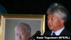 «Қазақмыс» корпорациясының президенті Владимир Ким Владимир Ниді ақтық сапарға шығарып салу кезіндегі қаралы митингте. Алматы, 12 қыркүйек 2010 жыл.
