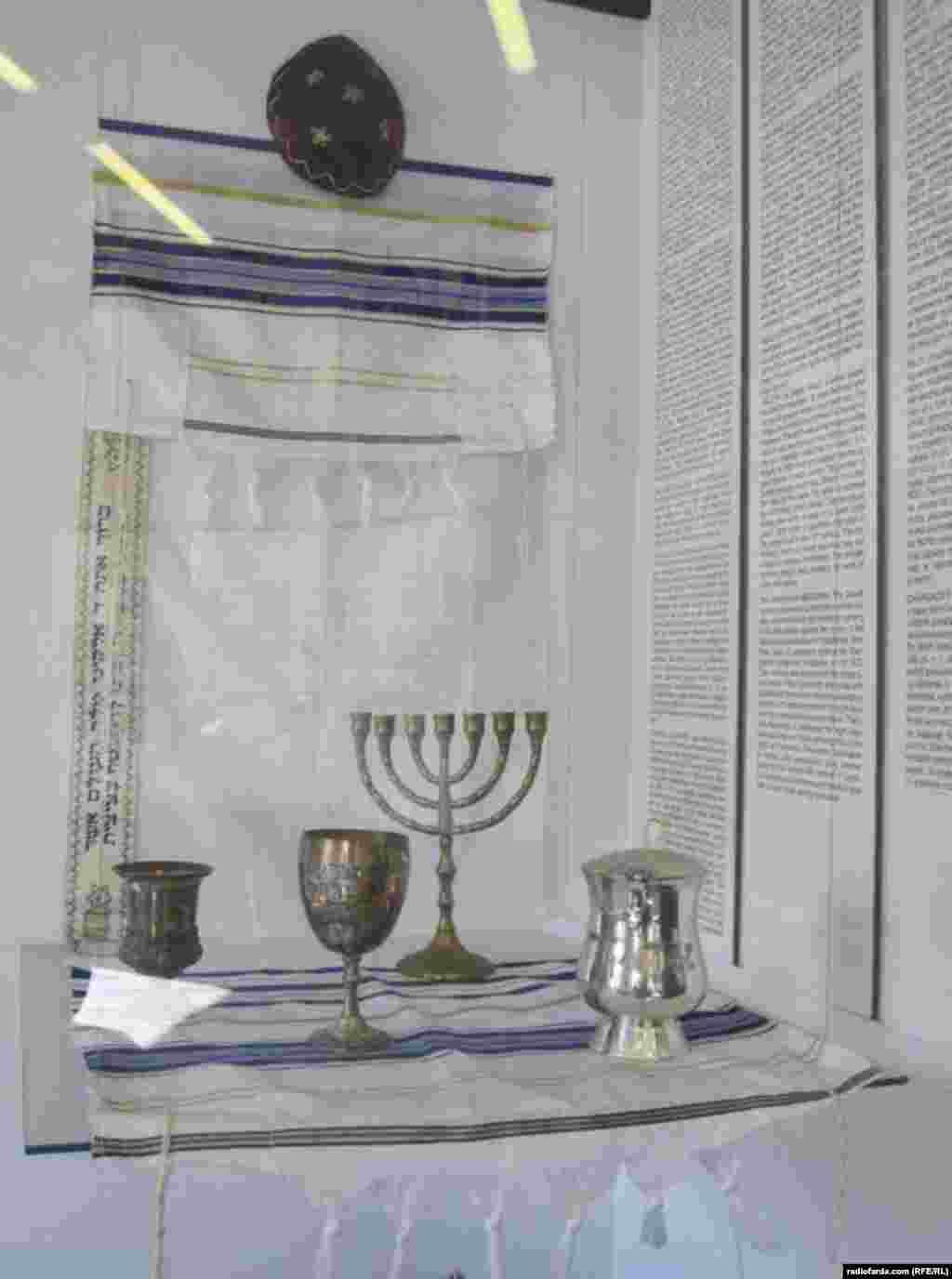 وسایل مرتبط با آیین یهود به نمایش درآمده در خانهای که کافکا در آن به دنیا آمدهاست