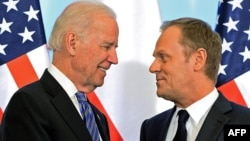 Вице-президент США Джо Байден (слева) и премьер-министр Польши Дональд Туск. Варшава, 18 марта 2014 года.