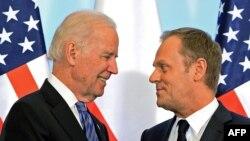 Премьер-министр Польши Дональд Туск (справа) и вице-президент США Джо Байден