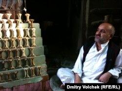 Торговец запчастями к кинжалам на рынке Саны
