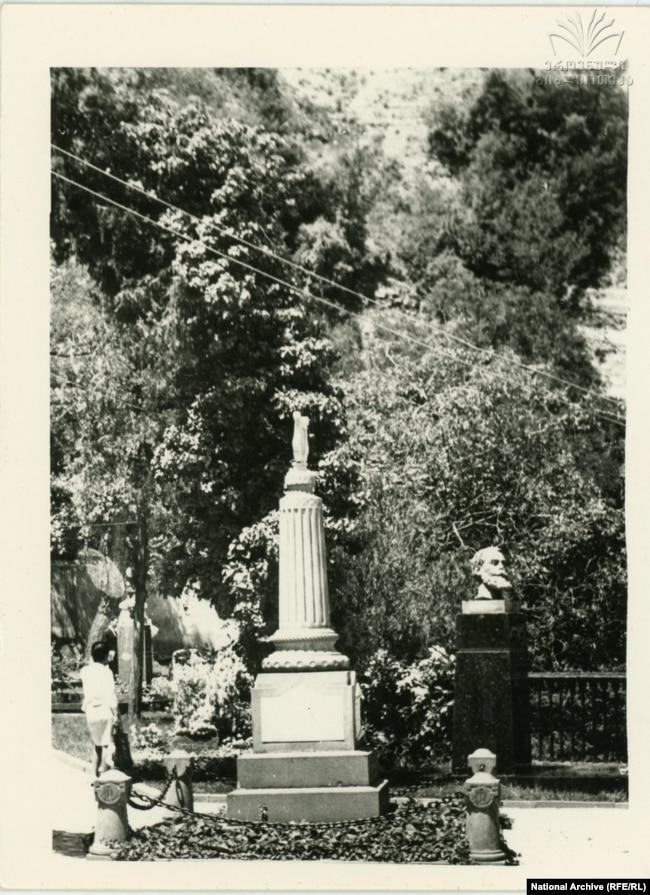 ნიკოლოზ ბარათაშვილის საფლავის ძეგლი