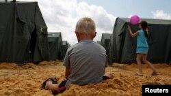 Украина менен Орусиянын чек арасындагы качкындар лагериндеги балдар. 22-июнь.
