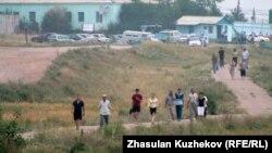 Тропинка в тюрьму ЕЦ-166/25. Поселок Гранитный Акмолинской области, 12 августа 2010 года.