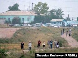 Түрмедегі бүлік кезінде абақты маңына жиналған ата-аналар. Ақмола облысы, Гранитный кенті, 12 тамыз 2010 жыл. (Көрнекі сурет)