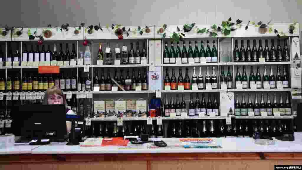 Фирменный магазин винзавода в Новом Свете. Со слов продавщицы, туристы предпочитают брют – сухое игристое вино