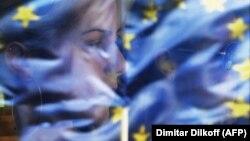Odsjaj zastave EU na prozoru tramvaja u Beogradu, fotoarhiv