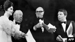 فرانچسکو رزی در کنار آلفرد هیچکاک پس از دریافت جایزه نخل طلای کن در سال ۱۹۷۲